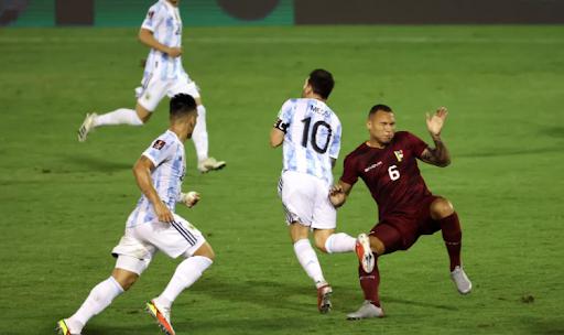 Adrian Martinez violently fouls Messi